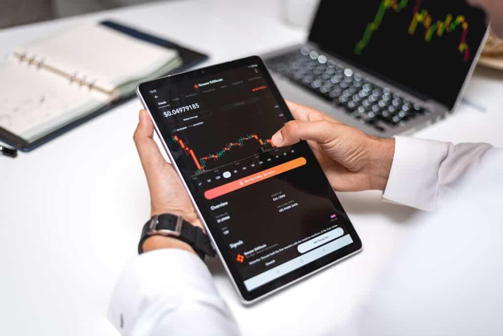 lelaki_lihat_grafik_trading_forex